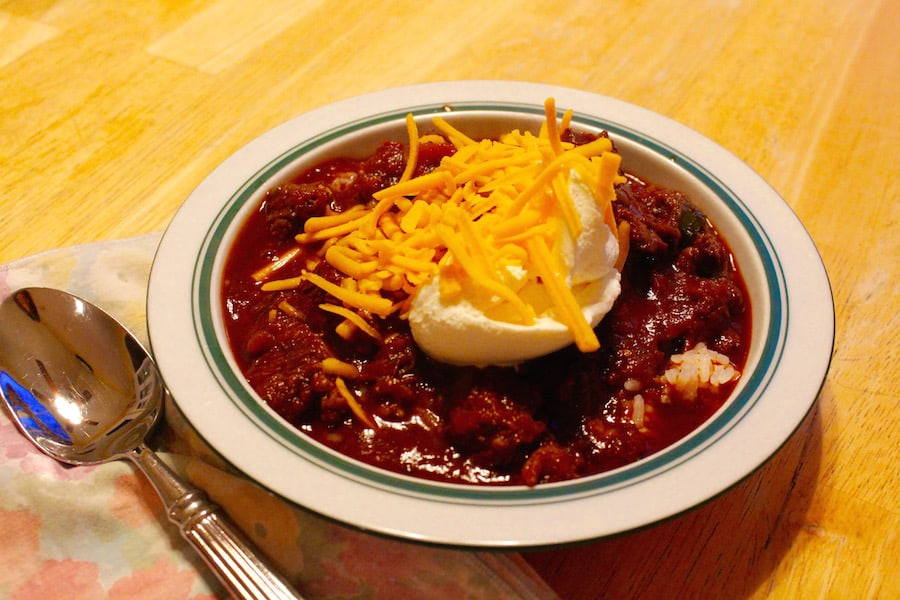 chili con carne with sour cream and cheese